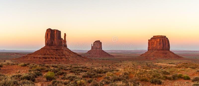 著名手套小山或mesas,纪念碑谷那瓦伙族人部族公园 在黄昏的美好的自然风景 r 库存图片
