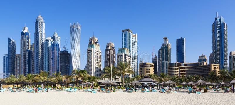 著名摩天大楼全景和jumeirah靠岸 免版税库存图片