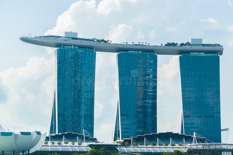 著名新加坡小游艇船坞海湾看法铺沙旅馆反对天空 免版税库存照片