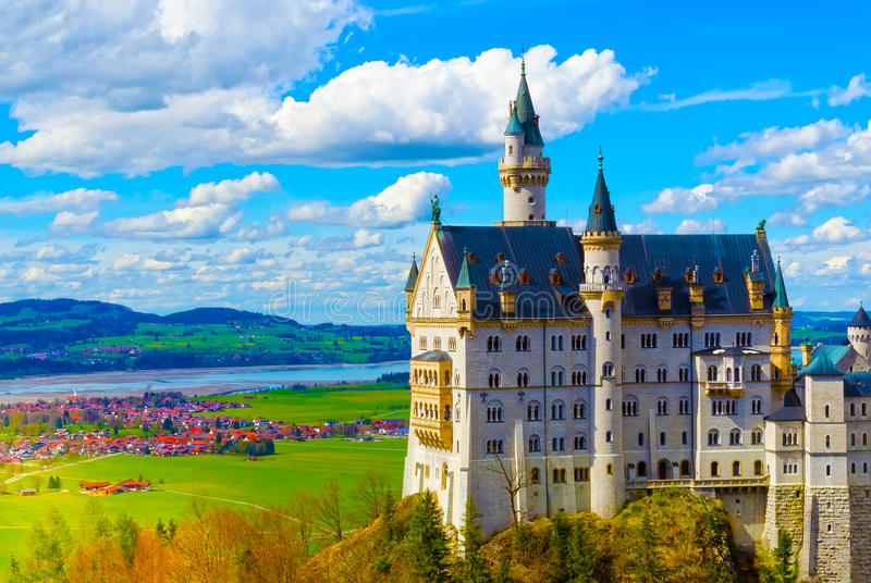 著名旅游胜地的看法在巴法力亚阿尔卑斯- 19世纪新天鹅堡城堡 免版税库存图片