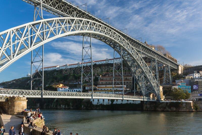 著名桥梁蓬特dom雷斯在波尔图,葡萄牙 库存图片