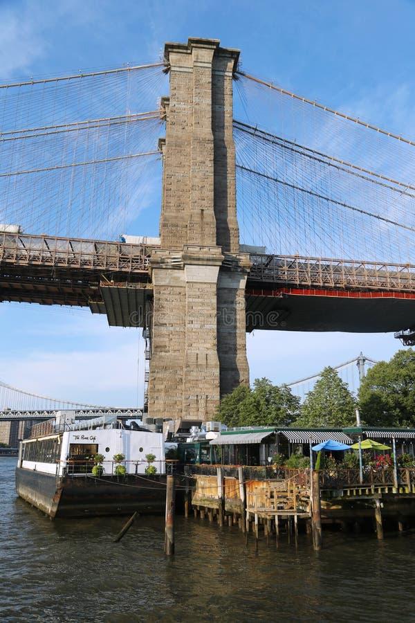著名河咖啡馆在布鲁克林大桥公园 免版税库存图片