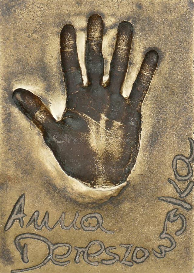 著名波兰女演员和歌手安娜Dereszowska handprint在一个黄铜名牌做了 库存图片
