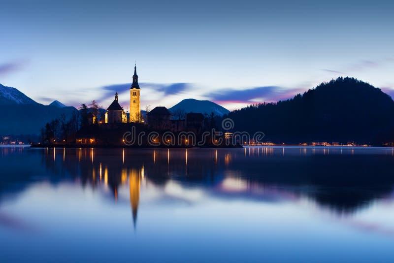 著名流血的海岛美丽的景色有天主教的在风景布莱德湖和流血的城堡Blejski毕业和朱利安阿尔卑斯山 免版税库存图片