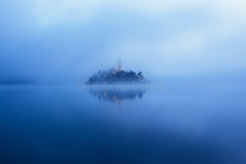 著名海岛的全景视图有老教会的在市Bled 库存图片