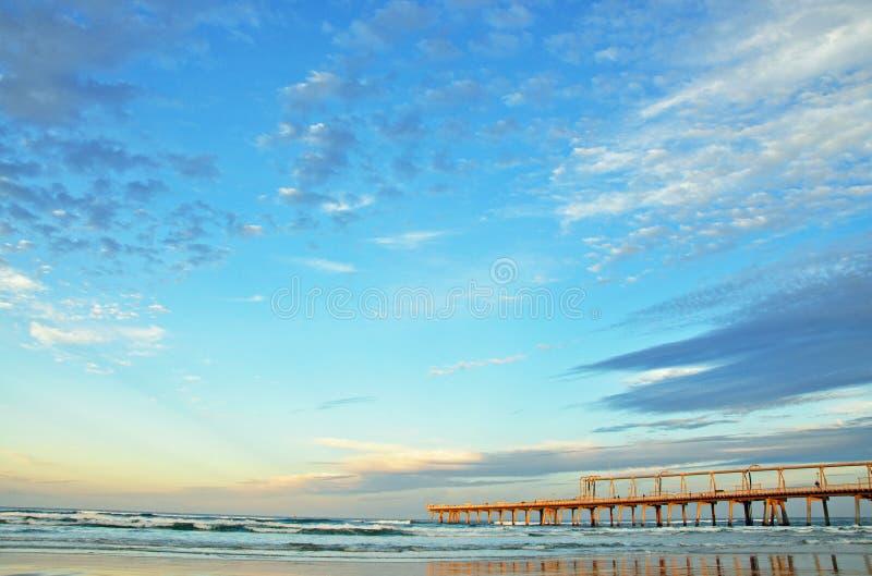 著名码头渔跳船唾液,海洋海浪,海滩英属黄金海岸,澳大利亚 免版税库存图片