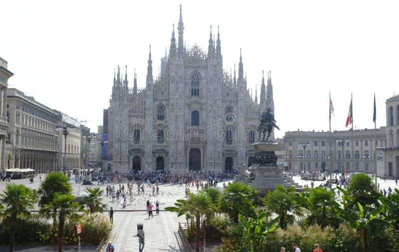 著名米兰大教堂看法广场的del Duomo,意大利 免版税库存照片