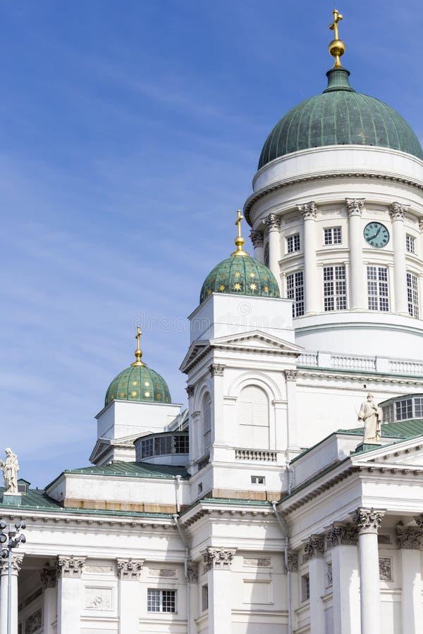 著名赫尔辛基大教堂美丽的景色在蓝天, Helsi的 免版税库存图片