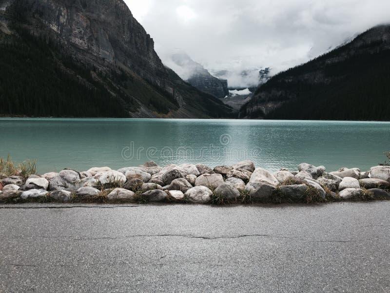 著名路易丝湖在有浅兰的水彩的加拿大 库存图片