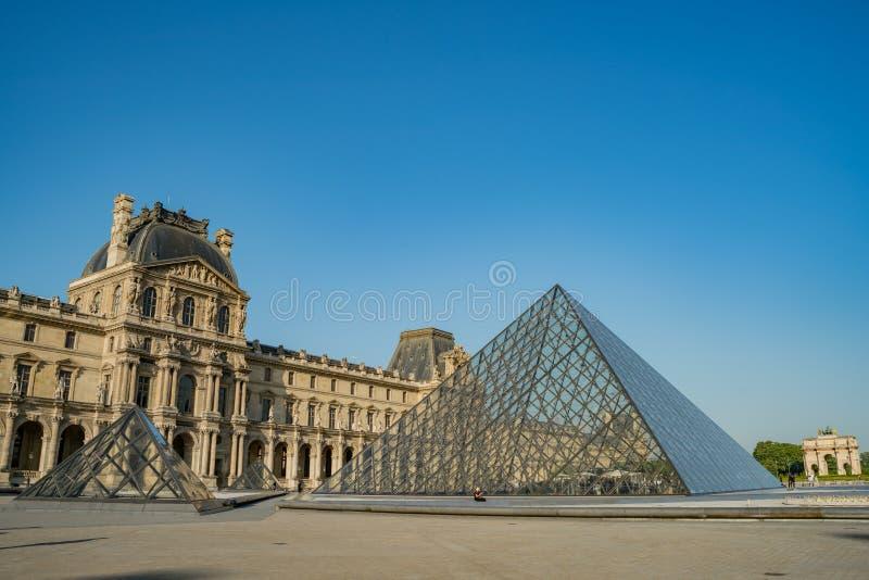 著名金字塔和罗浮宫的外视图在巴黎 库存图片
