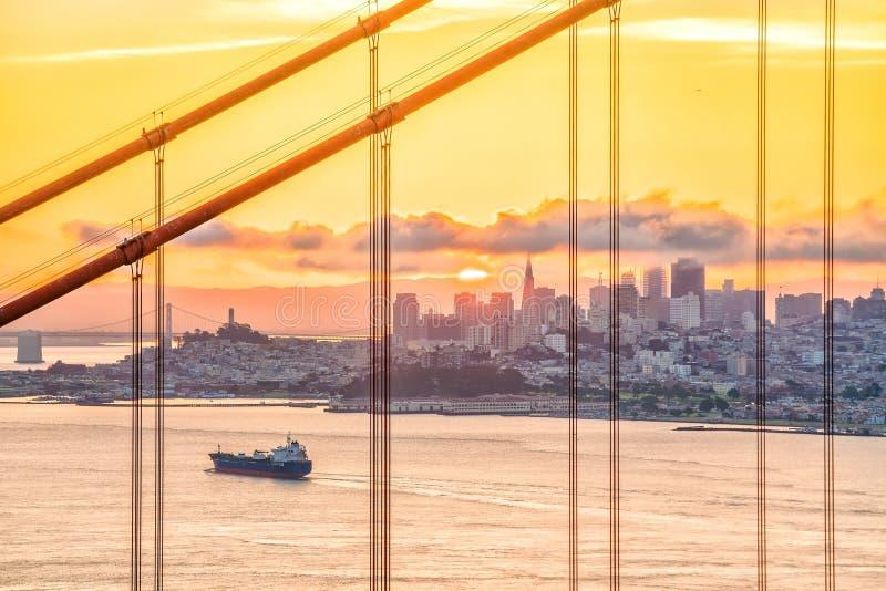 著名金门大桥,日落的旧金山 免版税库存照片