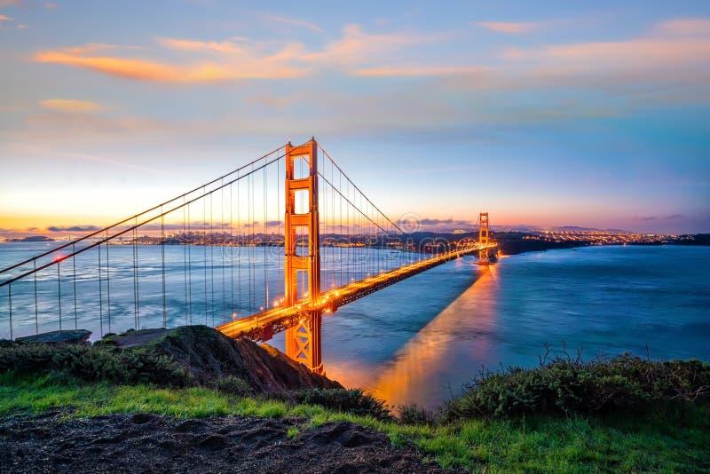 著名金门大桥,日落的旧金山 免版税库存图片
