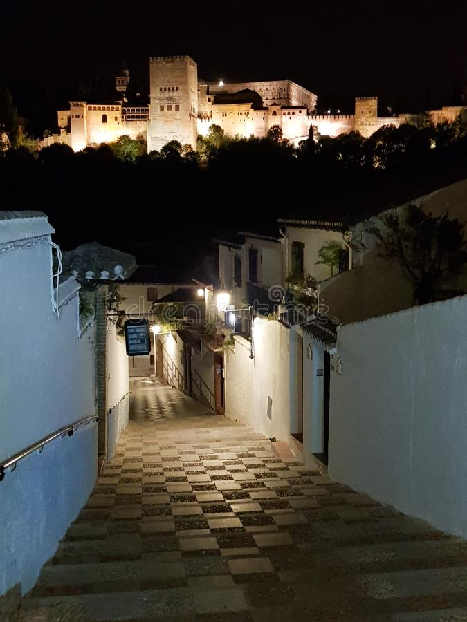 著名阿尔罕布拉宫宫殿的夜视图在从Albaici的格拉纳达 免版税库存照片