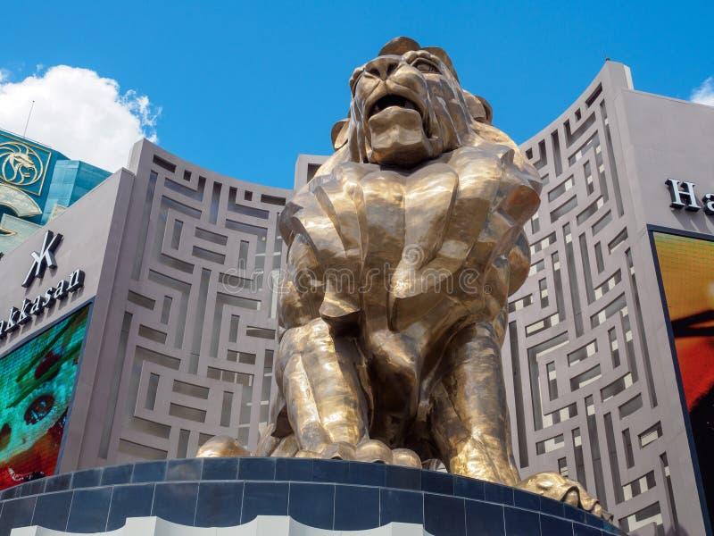 著名,巨型金黄拉斯维加斯小条的狮子MGM Grand旅馆外和赌博娱乐场 免版税库存照片