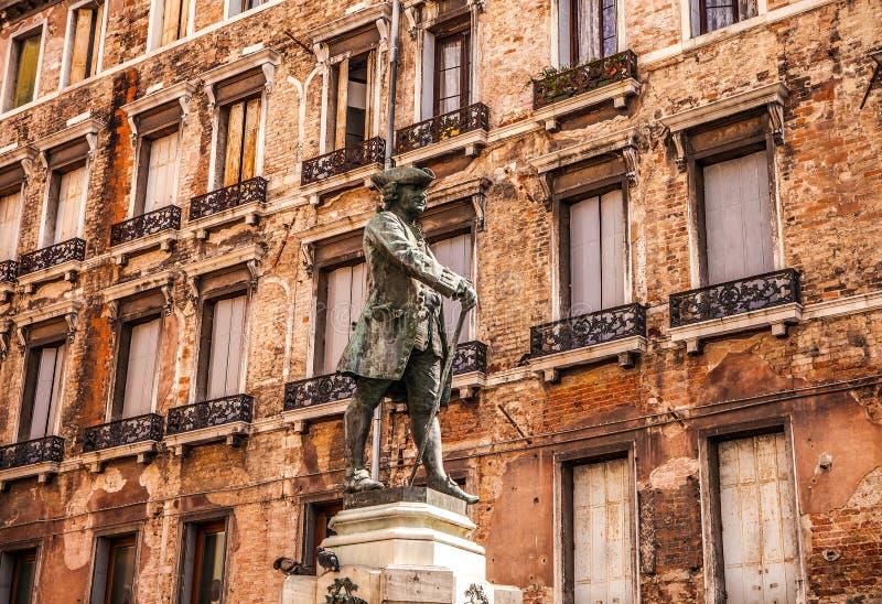 著名建筑纪念碑和老中世纪大厦特写镜头n威尼斯,意大利五颜六色的门面  免版税库存图片