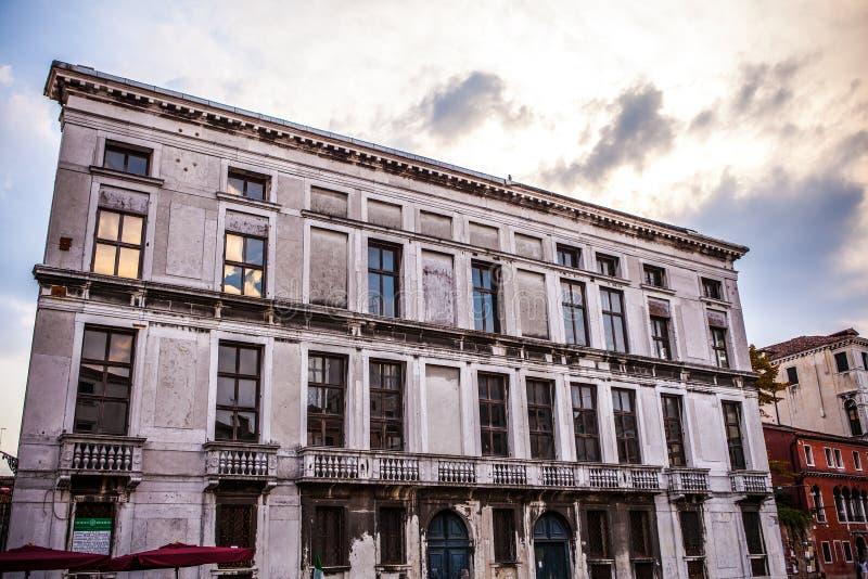 著名建筑纪念碑和老中世纪大厦特写镜头n威尼斯,意大利五颜六色的门面  免版税图库摄影
