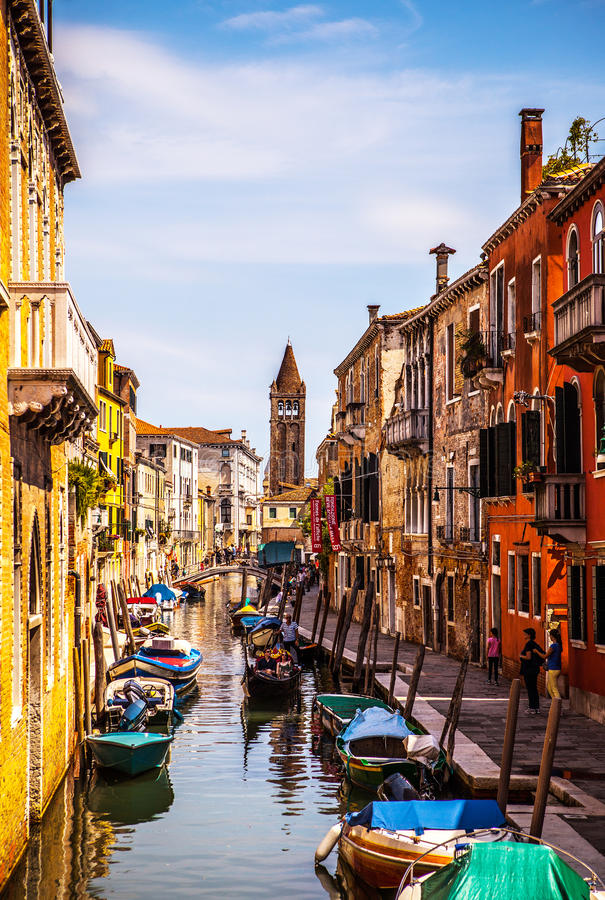 著名建筑纪念碑和老中世纪大厦特写镜头n威尼斯,意大利五颜六色的门面  库存图片