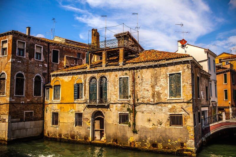 著名建筑纪念碑和老中世纪大厦特写镜头n威尼斯,意大利五颜六色的门面  免版税库存照片