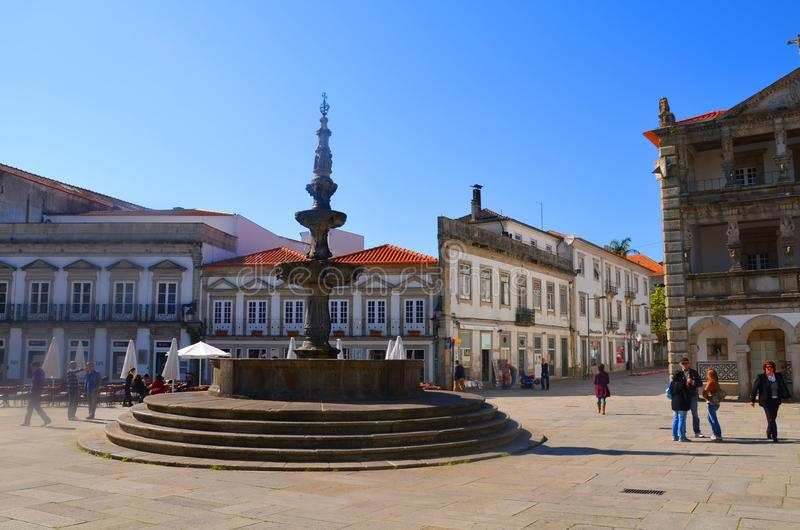 著名Chafariz喷泉和老Praca的da Republica城镇厅在维亚纳堡,葡萄牙 库存图片