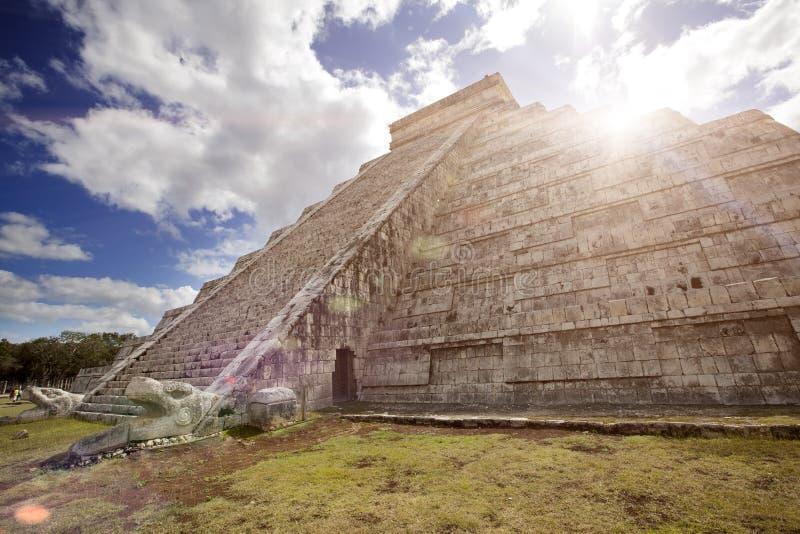 著名El卡斯蒂略金字塔Kukulkan寺庙,在奇琴伊察玛雅人考古学站点的用羽毛装饰的蛇金字塔在尤加坦 库存照片