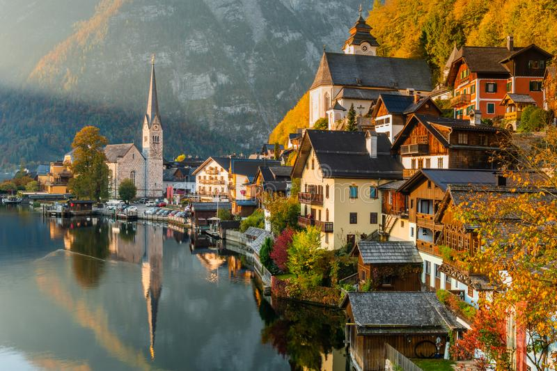 著名Hallstatt山村日出视图有Hallstatter湖的,奥地利 免版税库存图片