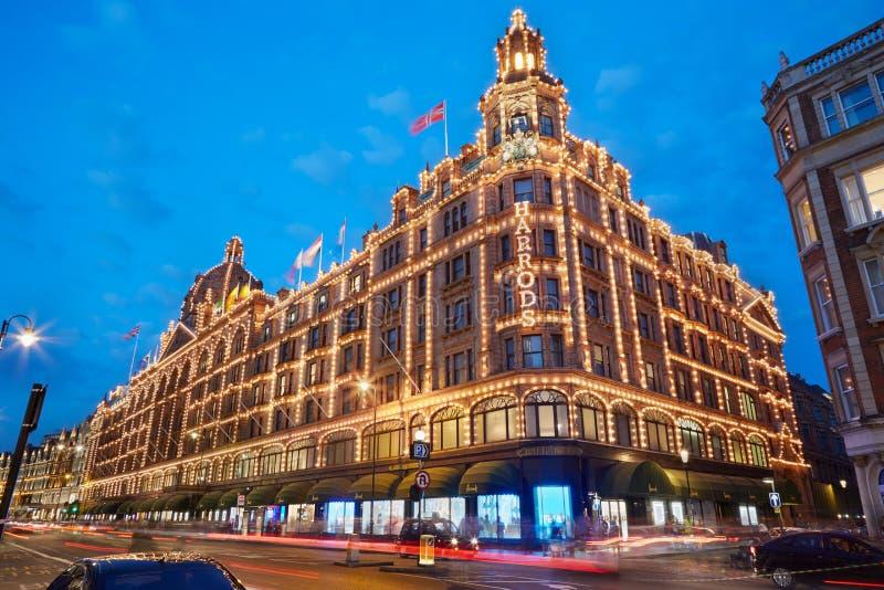 Download 著名Harrods百货商店在晚上在伦敦 编辑类照片. 图片 包括有 的treadled, 人们, 伦敦, 街道 - 62531696