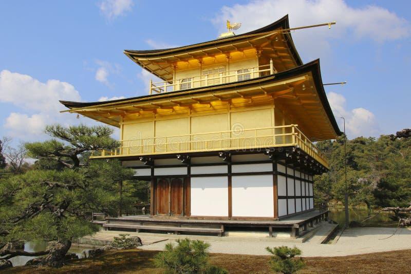 著名Kinkakuji寺庙金黄亭子在京都,日本 库存照片