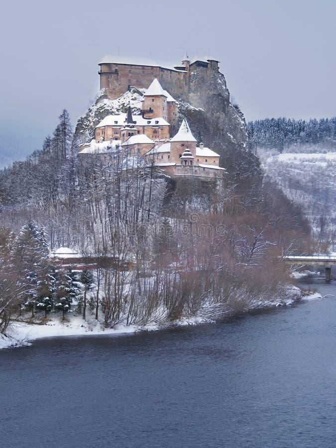 著名Orava城堡在冬天 免版税库存照片