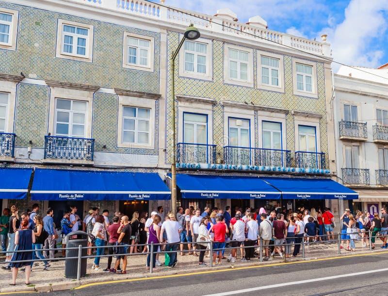 著名Pasteis de贝拉母–蛋乳蛋糕馅饼看法-面包点心店在里斯本 因为商店总是ful,客户在街道上等待 免版税库存照片