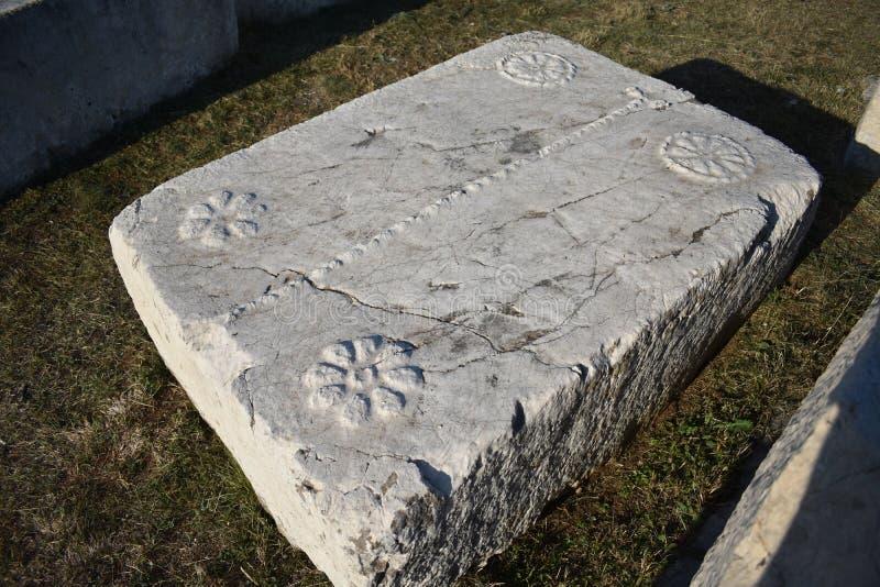 著名stecci在Radimlja中世纪大墓地 免版税图库摄影