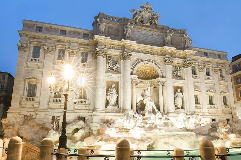 著名Trevi喷泉在夜,罗马,意大利之前 库存照片