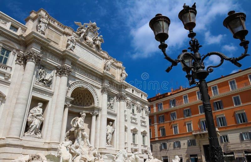 著名Trevi喷泉晴天,罗马,意大利 图库摄影