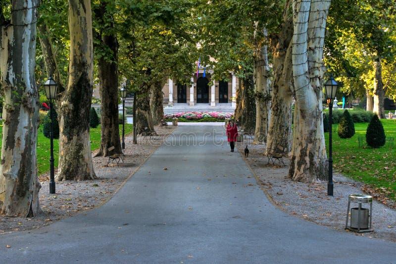 著名Zrinjevac公园的看法在萨格勒布,克罗地亚的市中心 免版税库存照片