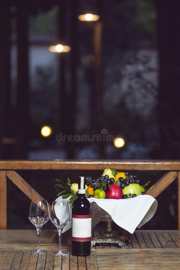 葡萄、乳酪、无花果和蜂蜜用红葡萄酒 免版税库存照片