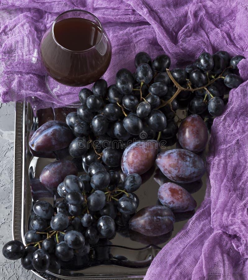 葡萄、李子和酒 免版税库存图片
