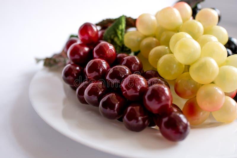 葡萄与在白色隔绝的叶子的 库存图片