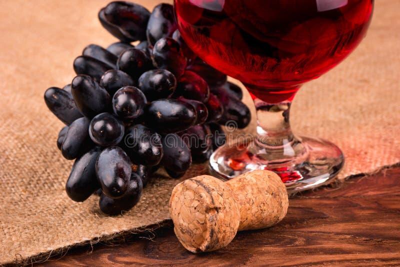 黑葡萄和酒 免版税库存照片