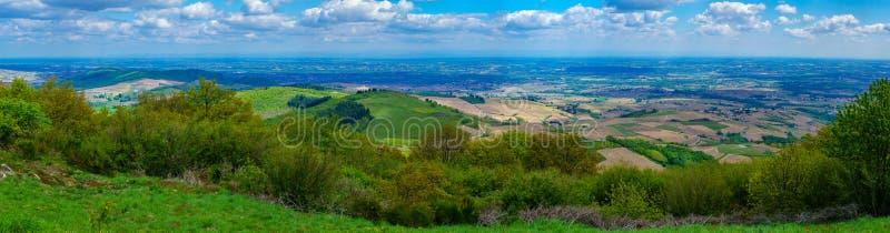 葡萄园和乡下全景风景在博若莱红葡萄酒 库存图片