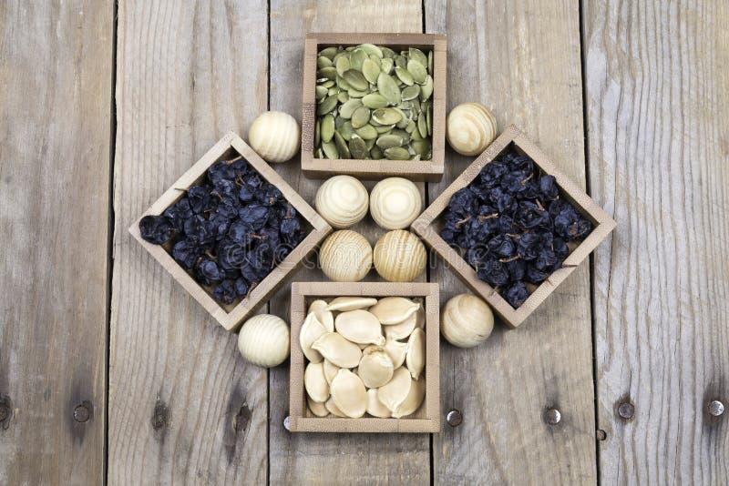 葡萄干和被剥皮的和削皮的南瓜籽 免版税库存图片