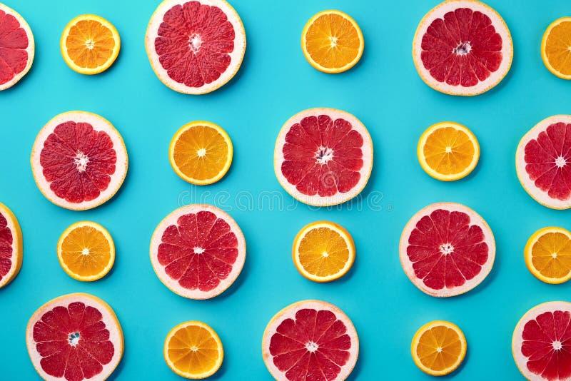 葡萄柚和橙色切片的五颜六色的样式 免版税库存图片