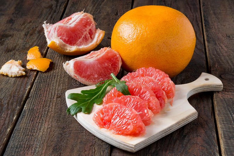 葡萄柚和被剥皮的丁香沙拉 库存图片