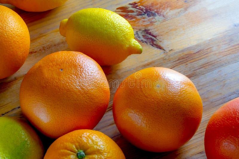 葡萄柚桔子和柠檬顶视图在木桌上 库存照片