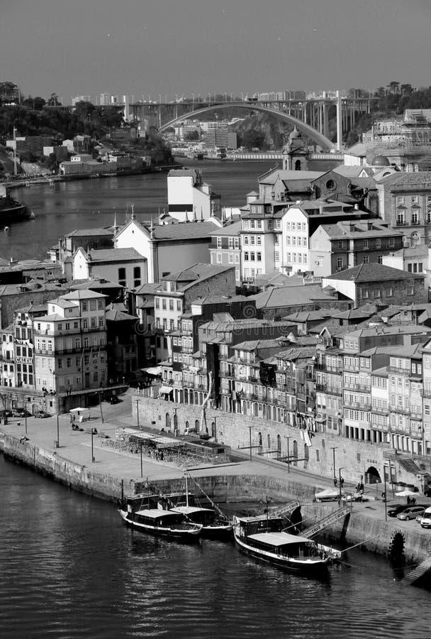 葡萄牙。波尔图市。杜罗河在黑色a的河堤防看法  库存图片