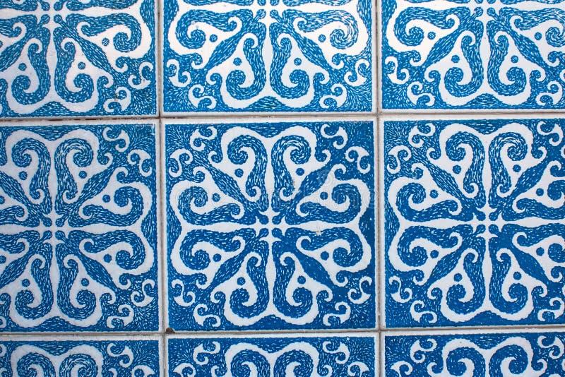 葡萄牙传统瓦片Azulejo的片段有样式的在老波尔图 免版税库存照片