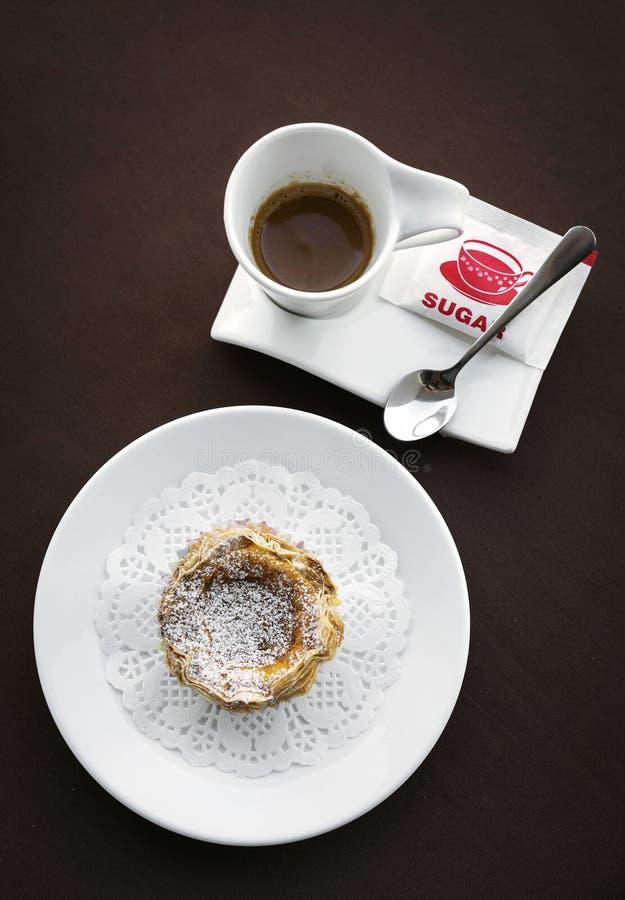葡萄牙式奶油挞著名葡萄牙甜蛋乳蛋糕酥皮点心馅饼 免版税图库摄影
