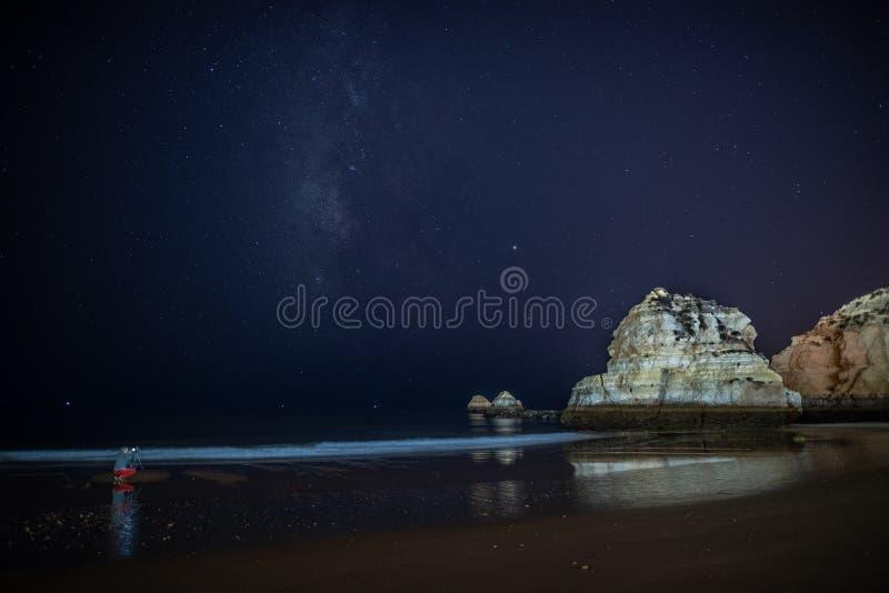 葡萄牙波尔蒂芒夜间星空下被大海包围的岩石 库存图片