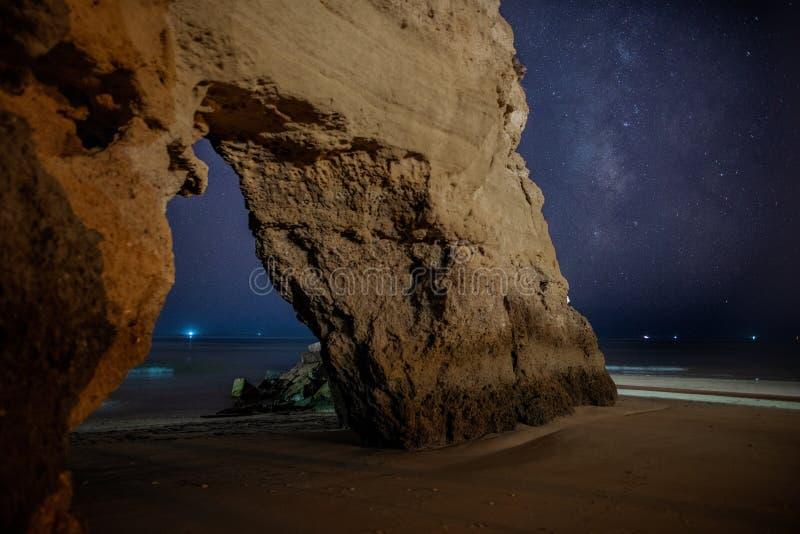 葡萄牙波尔蒂芒夜间海滩拱石星空 免版税库存照片