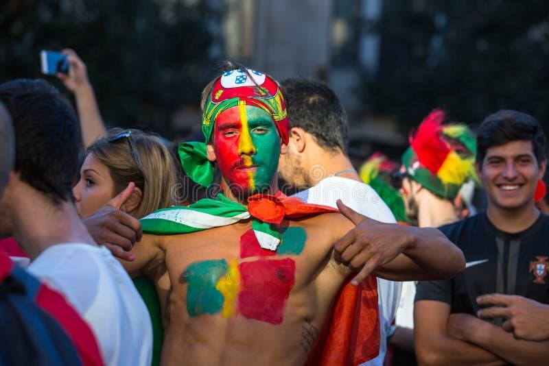 葡萄牙爱好者在足球比赛葡萄牙-欧洲冠军的法国决赛的录影翻译时2016年 库存照片