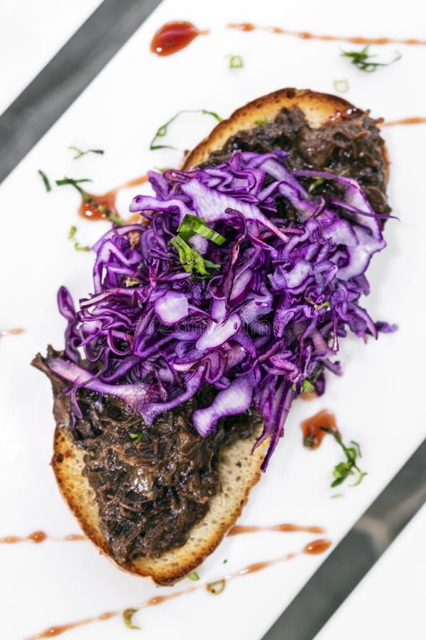 葡萄牙被炖的牛肉和红叶卷心菜多士塔帕纤维布快餐 免版税图库摄影