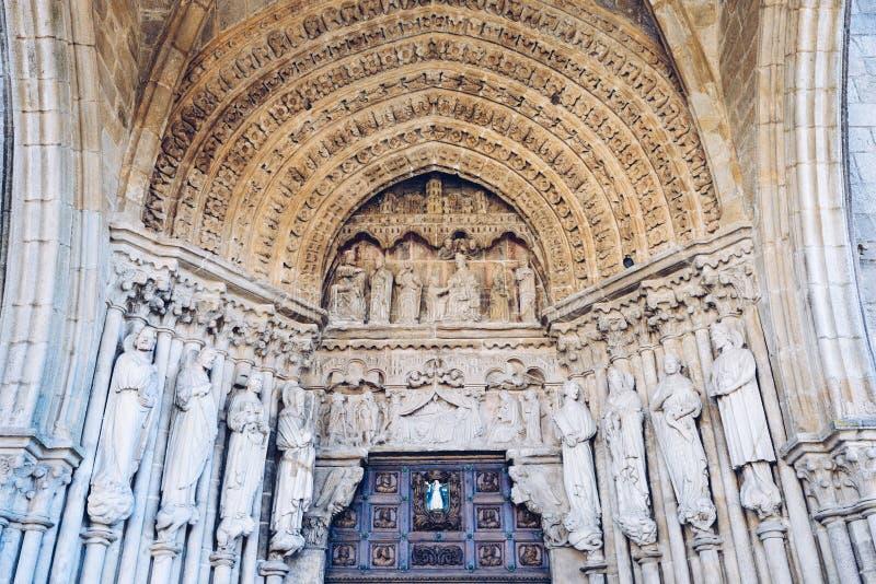 葡萄牙语Camino, Tui,保佑的圣母玛丽亚的大教堂的门户在Tui,圣詹姆斯方式 库存照片